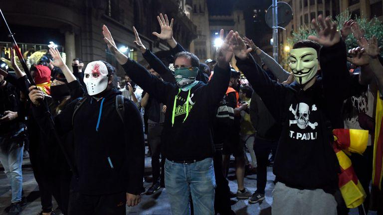 Des manifestants masqués pro-indépendance ont pris part à une confrontation avec la police samedi soir