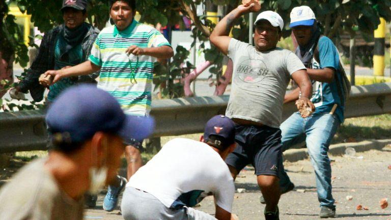 Les partisans du candidat de l'opposition bolivienne Carlos Mesa et du président Evo Morales s'affrontent lors d'une manifestation contre les résultats d'un scrutin à Santa Cruz, en Bolivie, le 23 octobre 2019