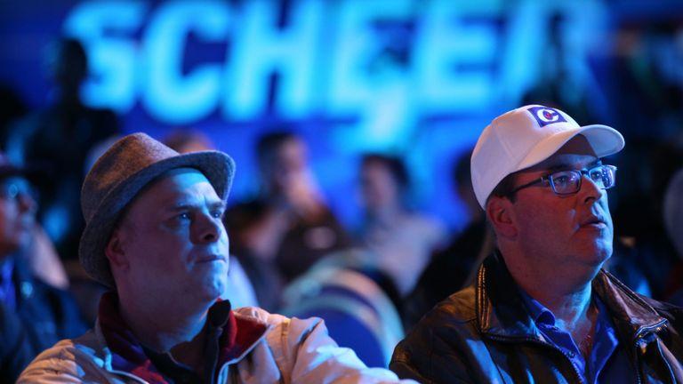 Les partisans du chef conservateur Andrew Scheer réagissent aux derniers résultats lors d'un rassemblement nocturne à Regina, en Saskatchewan, le 21 octobre 2019.