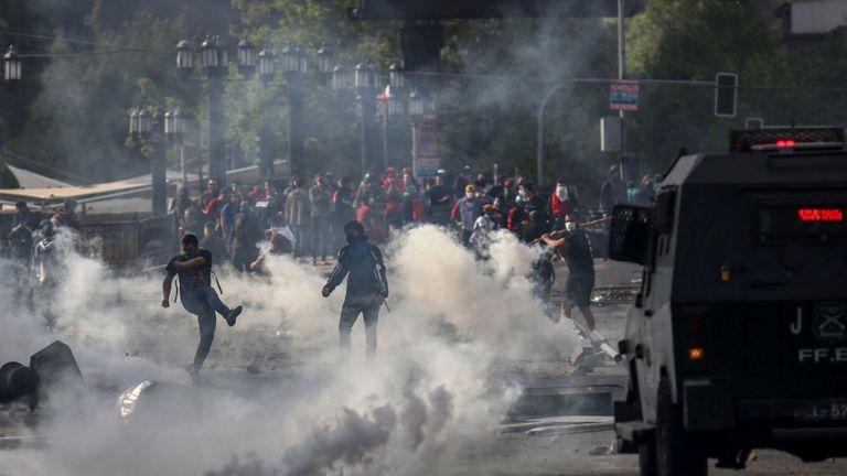 Des manifestants affrontent des soldats à Santiago du Chili