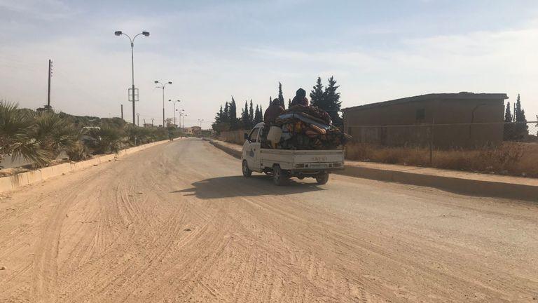 Une famille est vue en train de laisser Derbasya dans un camion