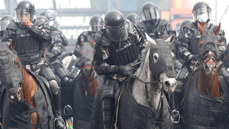 La police anti-émeute à cheval a tenté d'étouffer les manifestations près de l'Assemblée nationale équatorienne