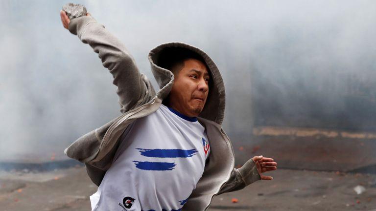 Des manifestants ont lancé des pierres lors de combats avec la police
