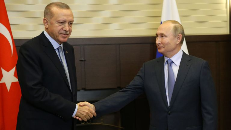 Le président turc Recep Tayyip Erdogan serre la main du dirigeant russe Vladimir Poutine à la fin de la réunion