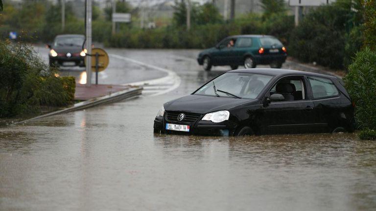 Les véhicules ont été bloqués par les inondations à Béziers
