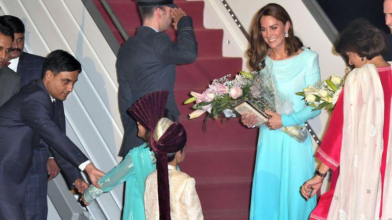 Les royals ont été accueillis avec des fleurs à leur arrivée