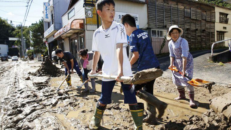 Des écoliers et des habitants enlèvent la boue après les inondations causées par le typhon Hagibis à Marumori, dans la préfecture de Miyagi, au Japon, le 13 octobre 2019. Photo: Kyodo