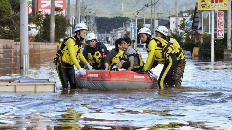 Des habitants de la localité assis dans un bateau sauvés d'une zone résidentielle inondée après le typhon Hagibis à Iwaki, dans la préfecture de Fukushima, au Japon, le 13 octobre 2019. Photo: Kyodo