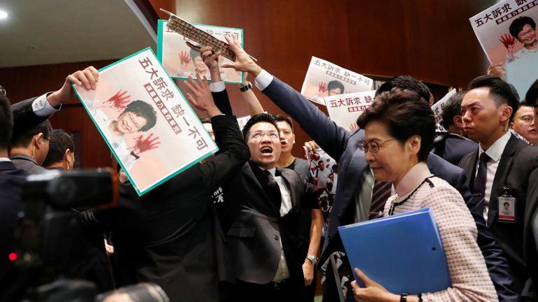 La directrice générale de Hong Kong, Carrie Lam, arrive pour prononcer son discours politique annuel, en tant que législateurs favorables à la démocratie.