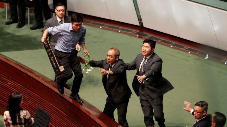 Un politicien pro-démocratie a tenté d'échapper aux gardes de sécurité dans la chambre du LegCo