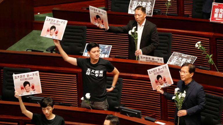 """Les 12 politiciens portaient des t-shirts portant la mention """"Cinq demandes, pas une de moins""""."""