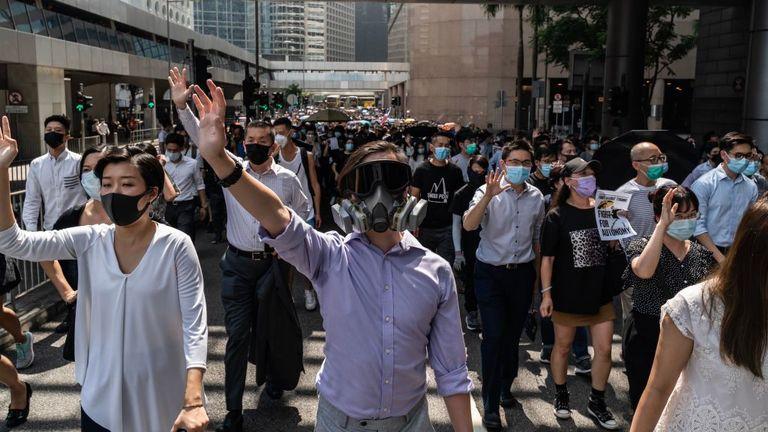 Les protestations contre l'interdiction des masques se multiplient dans le centre de la ville