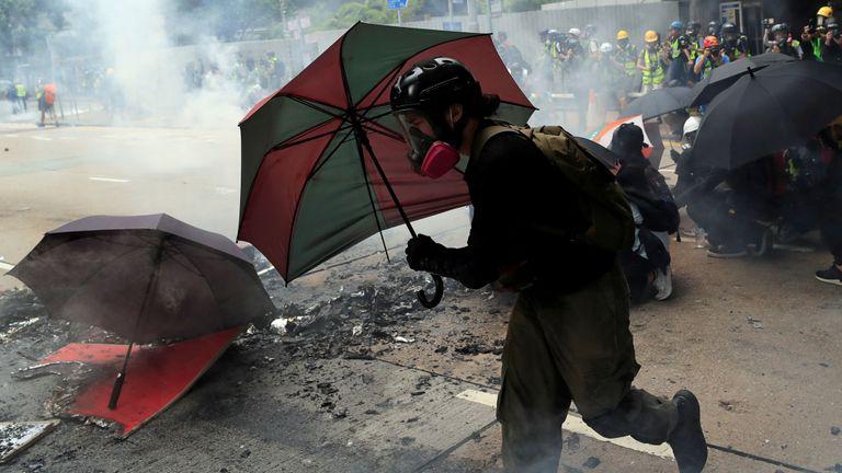 Un manifestant anti-gouvernement avec un parapluie lors d'une manifestation
