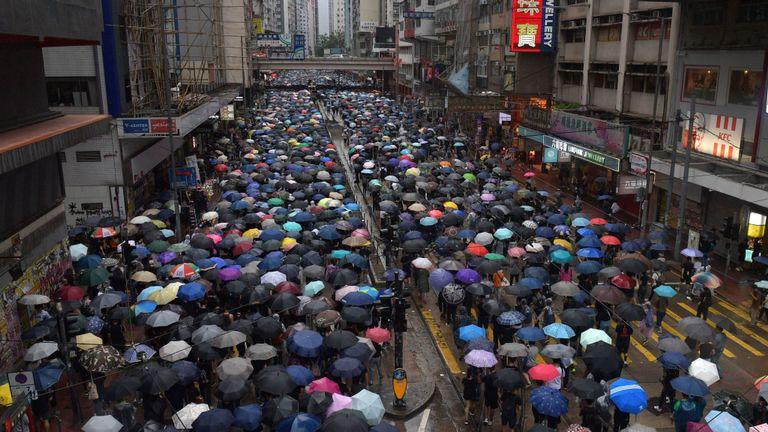 Des milliers de personnes ont participé dimanche à une marche de protestation dans le quartier commerçant de Causeway Bay