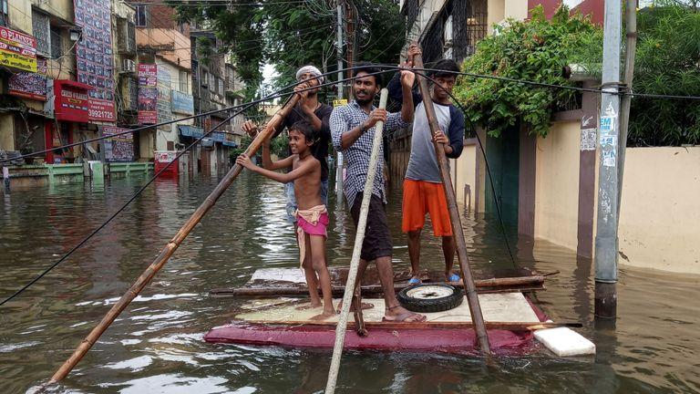 Les gens ont utilisé un radeau de fortune pour sortir d'un quartier inondé à Patna