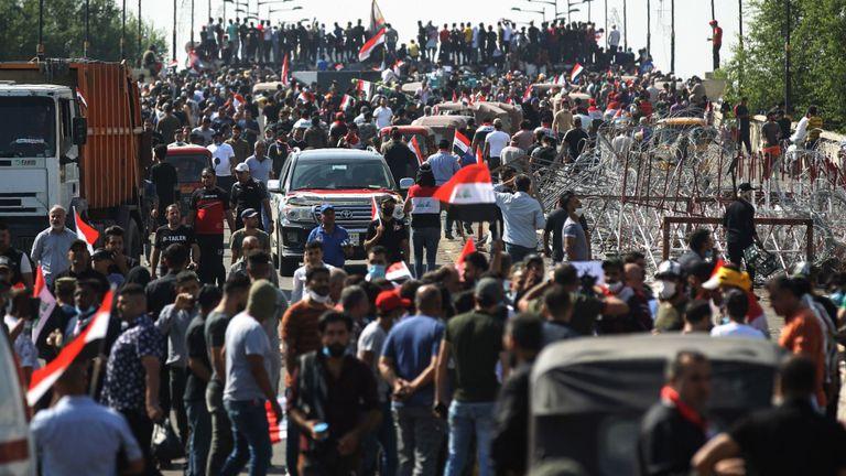 Des manifestants irakiens se rassemblent sur le pont Al-Jumhuriyah de la capitale Bagdad le 26 octobre 2019, lors d'une manifestation anti-gouvernementale