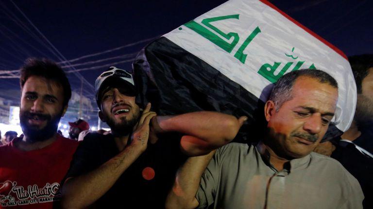 Des hommes portent le cercueil d'un manifestant tué à Bagdad lors de manifestations antigouvernementales