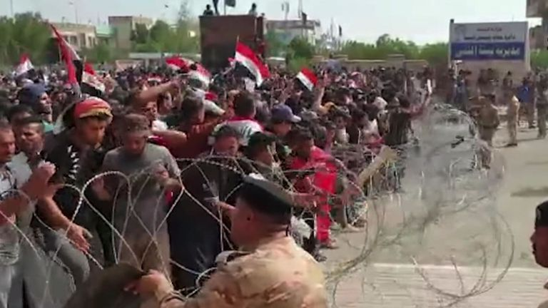 Des milliers de manifestants irakiens sont descendus dans les rues d'Irak pour lutter contre la corruption, le chômage et des services insuffisants.