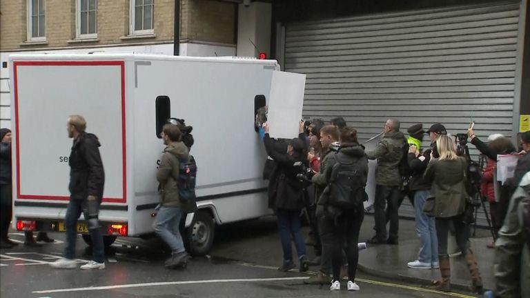 Le fourgon aurait transporté Julian Assange devant le tribunal