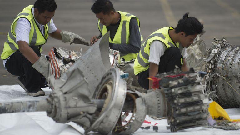Les enquêteurs examinent les pièces de moteur du vol JT 610 de Lion Air, malheureux, dans un port de Jakarta le 7 novembre 2018, après leur récupération du fond de la mer de Java. - L'avion indonésien Lion Air qui a plongé dans la mer de Java le 29 octobre, tuant les 189 passagers à bord, avait un problème d'indicateur de vitesse de l'air lors de son vol fatal et lors de trois précédents voyages, a annoncé le 6 novembre le chien de garde du transport dans le pays. (Photo de BAY ISMOYO / AFP) (Le crédit photo doit se lire comme suit: BAY ISMOYO / AFP / Getty