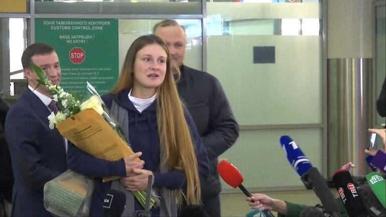 Maria Butina a parlé à des journalistes après son arrivée à l'aéroport de Moscou