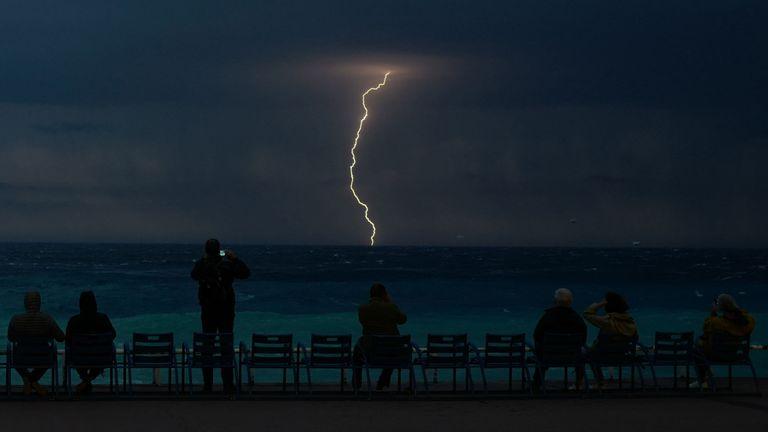 Personnes regardant un orage au-dessus de la mer Méditerranée sur la Côte d'Azur, ville de Nice