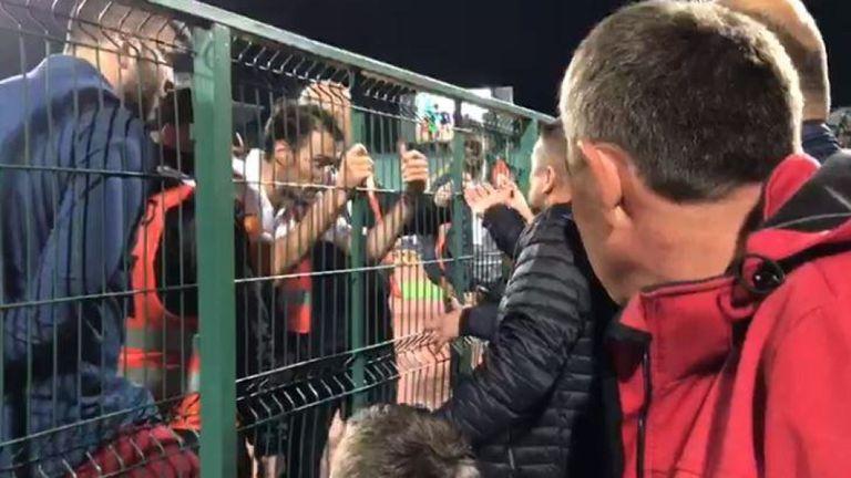 Le capitaine bulgare Ivelin Popov exhortant les supporters locaux à mettre fin aux chants racistes