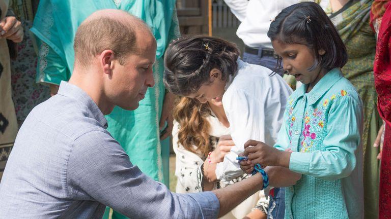 Prince William a présenté un bracelet fait main par une petite fille à Lahore, au Pakistan