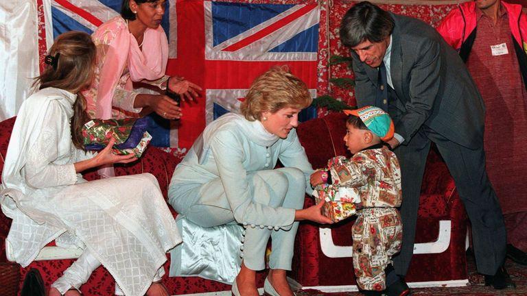 La princesse Diana lors d'une visite à l'hôpital anticancéreux d'Imran Khan en avril 1996 à Lahore, au Pakistan