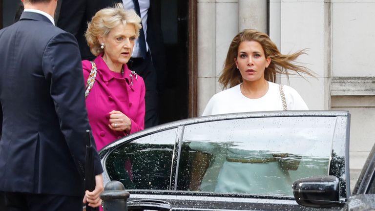 La princesse Haya, à l'extérieur du tribunal, avec son avocate Fiona Shackleton