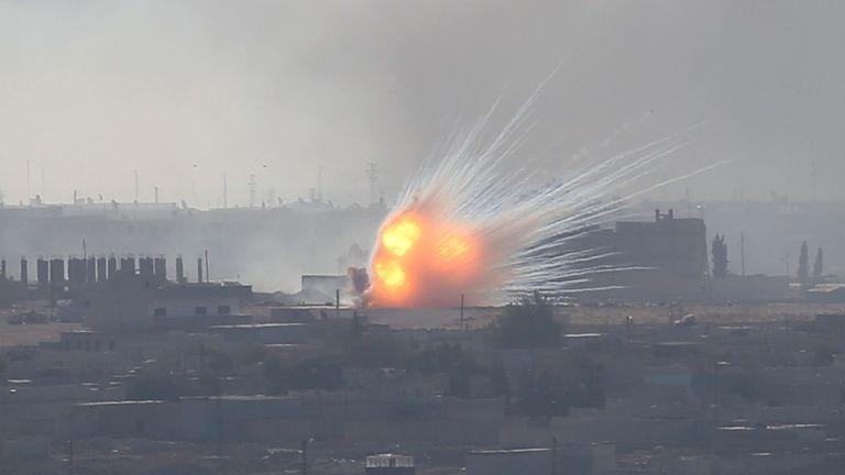 Une explosion est vue sur la ville syrienne de Ras al-Ain, vue depuis la ville frontalière turque de Ceylanpinar