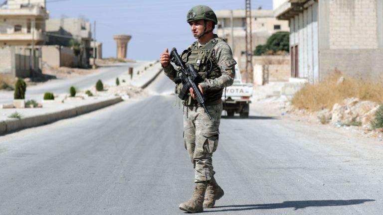 Un soldat turc patrouille dans la ville de Tal Abyad, en Syrie