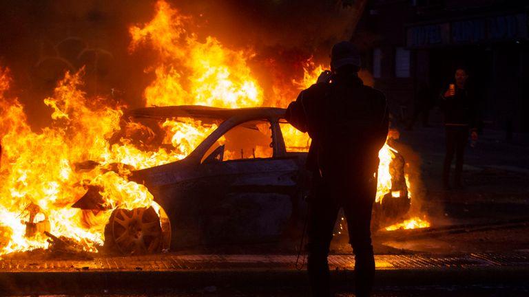 Une voiture en flammes lors de violentes manifestations à Santiago du Chili