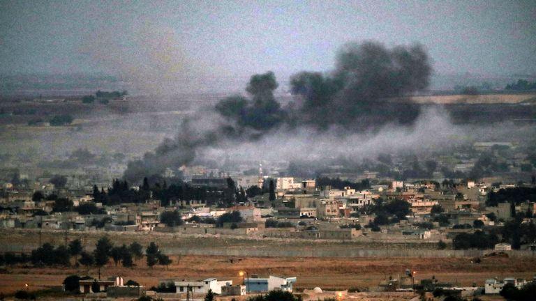 La fumée monte au-dessus de la ville syrienne de Ras al-Ain au cours de l'offensive militaire turque