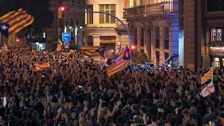 Plusieurs centaines de manifestants entourent le siège de la police espagnole à Barcelone