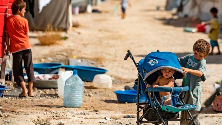 Des enfants jouent dans le camp d'al-Hol dirigé par les Kurdes dans le nord-est de la Syrie.