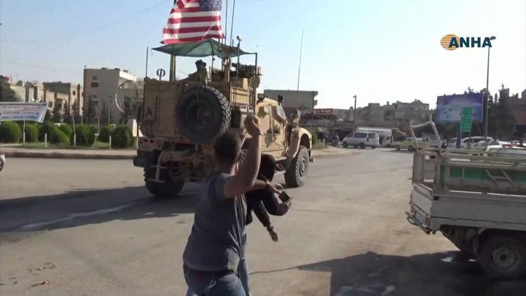 Les Syriens ont jeté des pommes de terre et ont crié aux véhicules blindés américains alors que les troupes américaines traversaient la ville frontalière de Qamishli, dans le nord-est du pays.