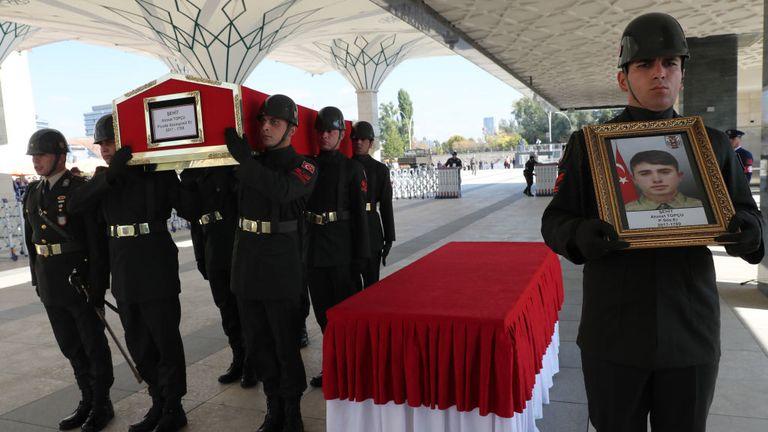 Les soldats turcs transportent le cercueil du soldat d'infanterie turc Ahmet Topcu à Ankara, après qu'il ait été tué en combattant les YPG en Syrie vendredi