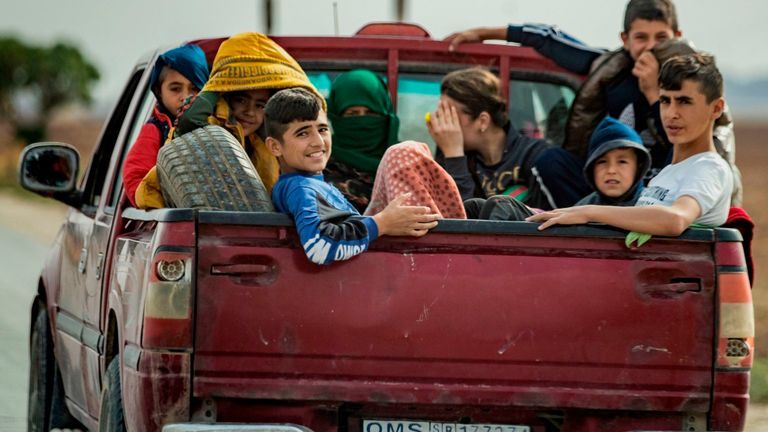 Des familles kurdes et arabes syriennes fuient la ville de Darbasiyah à la frontière turco-syrienne