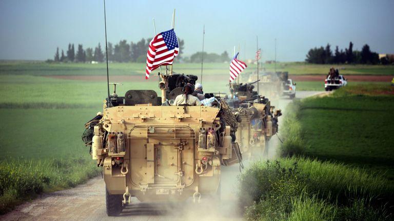 TOPSHOT - Les forces américaines, accompagnées par des combattants des unités de protection du peuple kurde (YPG), conduisent leurs véhicules blindés près du village syrien de Darbasiyah, dans le nord de la Syrie, à la frontière turque le 28 avril 2017. / AFP PHOTO / DELIL SOULEIMAN ( Le crédit photo doit correspondre à DELIL SOULEIMAN / AFP / Getty Images)