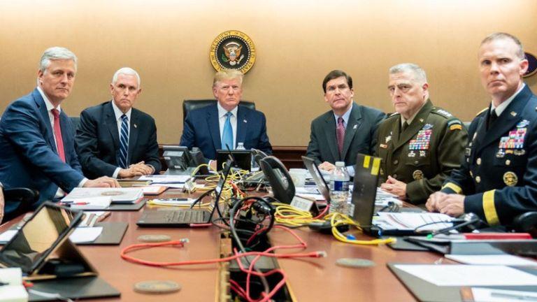 Donald Trump avec le vice-président Mike Pence, le conseiller en sécurité nationale Robert O'Brien, à gauche; Le secrétaire à la Défense, Mark Esper, et le président de l'état-major interarmées, le général Mark A. Milley, de l'armée américaine, et Brig. Général Marcus Evans