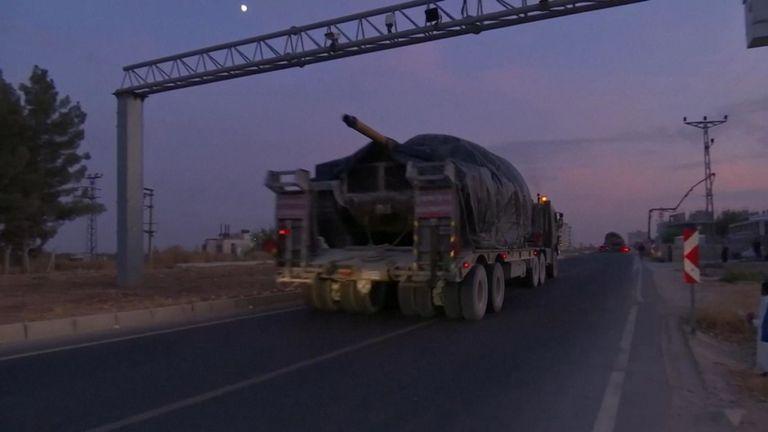 Des chars sont arrivés à la frontière syrienne 24 heures après que le président Trump eut révélé que les forces américaines se retireraient de la région