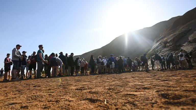 Les touristes font la queue pour monter Uluru