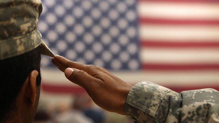 FORT CARSON, CO - 15 JUIN: un soldat salue le drapeau lors d'une cérémonie de bienvenue chez les troupes arrivées d'Afghanistan le 15 juin 2011 à Fort Carson, dans le Colorado. Plus de 500 soldats de l'équipe de combat de la 1 re Brigade sont rentrés chez eux après une année de violents combats et de nombreuses victimes dans la province de Kandahar, dans le sud de l'Afghanistan. (Photo de John Moore / Getty Images)