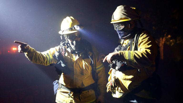 Les pompiers discutent d'un plan lorsqu'ils combattent l'incendie de Kincade