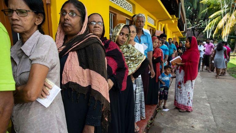 Les Sri Lankais font la queue pour voter samedi