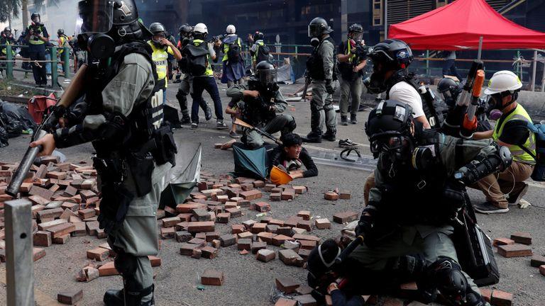 La police arrête des manifestants qui tentent de quitter le campus de l'Université polytechnique de Hong Kong (PolyU) lors d'affrontements avec la police à Hong Kong, Chine le 18 novembre 2019. REUTERS / Tyrone Siu