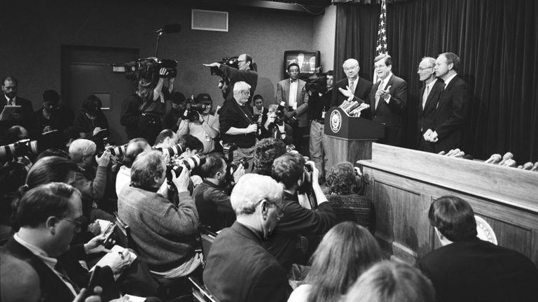 WASHINGTON D.C. - 9 JANVIER: Le chef de la majorité au Sénat, Trent Lott, et son compatriote républicain Phil Gramm du Texas s'entretiennent avec des journalistes lors d'une conférence de presse lors du procès de Bill Clinton, le 9 janvier 1999, à Washington, DC. (Photo de David Hume Kennerly / Getty Images)