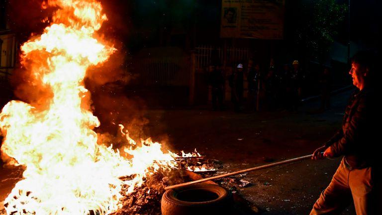 Les manifestants mettent le feu à la capitale bolivienne, La Paz, après la démission du président Evo Morales