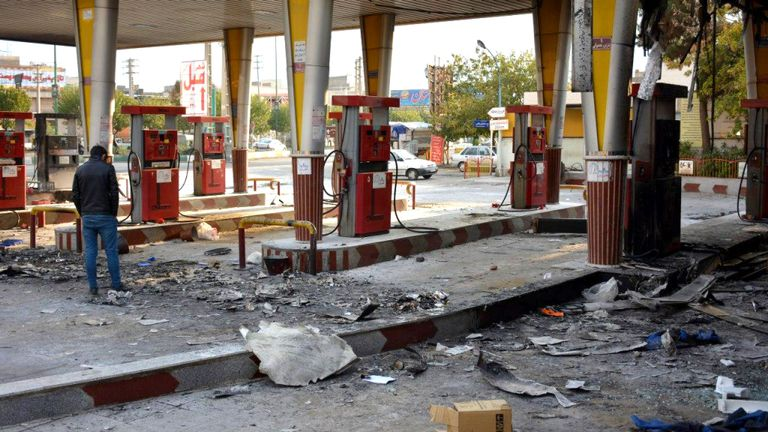 Un Iranien vérifie une station d'essence brûlée incendiée par des manifestants lors d'une manifestation contre la hausse des prix de l'essence à Eslamshahr, près de la capitale iranienne, à Téhéran, le 17 novembre 2019.
